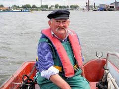 Der Hafenfischer fährt mit seiner kleinen Jolle zu den ausgelegten Reusen in der Billwerder Bucht von Hamburg Rothenburgsort.