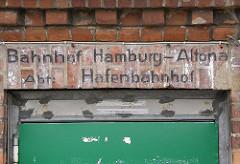 Inschrift am ehem. Bahnhofsgebäude Grosse Elbstrasse - Bahnhof Hamburg-Altona, Abt. Hafenbahnhof.