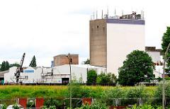 Stillgelegte Futtermittelfabrik am Reiherstieg in Hamburg Wilhelmsburg - Mobilfunkantennen auf dem Dach des Silos.