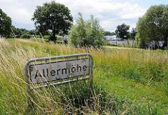 Stadtteilschild Allermöhe - Gras am Deich - Boote auf der Doveelbe.