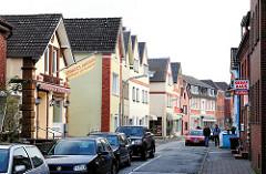 Häuserzeile in Hamburg Finkenwerder; Wohnhäuser, Geschäftshäuser im Steendiek.