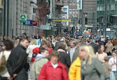 Passanten im Hamburger Jungfernstieg - dicht gedrängt gehen die Menschen auf Hamburgs Prachtmeile.
