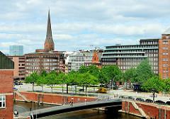 Blick über den Zollkanal zum Messberg - Wandrahmsbrücke, Fussgängerbrücke; Chilehaus und Kirchturm der St. Petrikirche an der Mönckebergstrasse in der Hansestadt Hamburg.