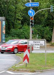 Stadtteilgrenze / Schild - HAMM, Bezirk Hamburg Mitte; Verkehrsschild Autobahn A 1 Richtung Lübeck.