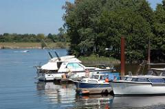 Sportboote am Steg - Motorboote im Hafen von Hamburg Neuland - Bootsausflug auf der Elbe.