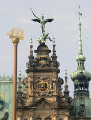 Hamburger Rathaus im Stil des Historismus - der Erzengel Michael bekämpft den Drachen - Bronzeskulpturen auf dem Gebäude.