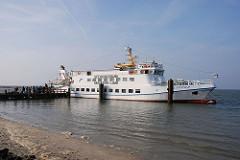 Fährschiff zwischen Neuwerk und Cuxhafen am Anleger von Hamburg Neuwerk.  Besucher der Insel gehen an  Land, Touristen besuchen Hamburg Neuwerk.