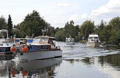 Sportboote auf der Dove Elbe - Motorboote bei Hamburg Curslack.
