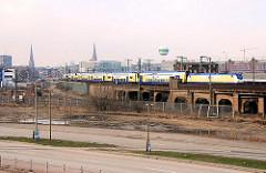 Bahnstrecke an der Versmannstrasse - ein Metronom-Zug fährt auf der Pfeilerbahnstrecke zwischen Baakenhafen und Oberhafenkanal. (2007)