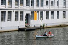 private Anlegestelle am Osterbekkanal - Kanuten auf dem Kanal.