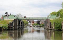 Altes Estesperrwerk - Fussgänger überqueren die Hochwasserschutzanlage.