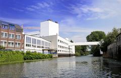 Gewerbegebäude am Kanal in Hamburg Hamm - Verbindung zum anderen Kanalufer.