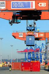 Verladung von Containern im Hamburger Hafen - Weitertransport der Metallboxen mit dem Güterzug.