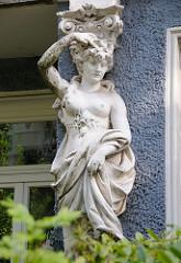 Stuckdekor - Figur an einer Hausfasssad Hamburg Hoheluft, Roonstrasse.