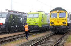Lokomotiven - Güterbahnhof Hamburger Hafen - Bahnarbeiter mit Warnweste.