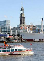 Ausflugsschiff auf der Elbe - im Hintergrund das Museumsschiff Cap San Diego und die St. Michaeliskirche / Michel.