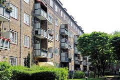 Hamburger Vorkriegsarchitektur - Mehrstöckige Wohngebäude, gelber Klinkerbau mit Balkons, Wohnanlage Hamburg Ottensen, Bezirk Altona.