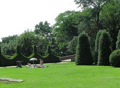 Naherholung - Parks in Hamburg - Römischer Garten Wiese mit Buchsbaumhecke.