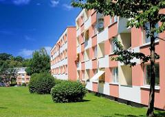 Mehrstöckige Wohngebäude - farblich abgesetzte Fassade mit Balkons und Grünfläche vor dem Haus - Architekturfotografie Hamburgs, Gebäude in Hamburg Wilstorf.