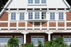 Wohnhaus mit Fachwerk - Inschrift auf dem Balken: NORD UN SÜD DE WELT IS WIET OST UN WEST TO HUS IS BEST.