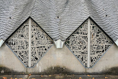 Architektur der Kirchen in Hamburg Fenster der Lukaskirche im Hamburger Stadtteil Sasel.