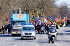 Ostermarsch Hamburg - Polizeiwagen, Polizeimotorrad an der Demonstrationsspitze - Lautsprecherwagen; Demonstrationszug mit Fahnen.