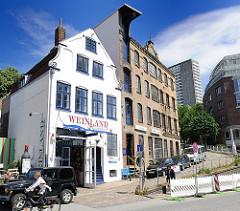 Barockes Kaufmannshaus und Ziegelfassade der in den 1880er Jahren gegründete Maschinenfabrik Groth & Degenhardt.