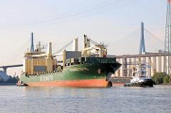 Das Frachtschiff RICKMERS TOKYO wird von Hafenschleppern in die Rethe geschleppt - im Hintergrund die Köhlbrandbrücke - Bilder aus dem Hafen der Hansestadt Hamburg.
