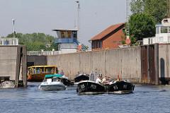 Harburger Schleuse - Boote verlassen die Schleusenkammer, von der Süderelbe kommend - Einfahrt in den Harburger Hafen.