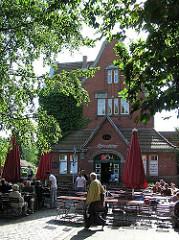 Zum Restaurant und Cafe umgebautes historisches Bahnhofsgebäude am Rübenkamp -- Hamburg Barmbek Nord.
