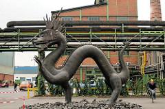 Kupferdrache auf dem Werksgelände der AURUBIS; der nach einem antiken Vorbild gefertigte Drachen ist sieben Meter lang und fünfeinhalb Meter hoch; die Figur wiegt ca. 4,3 Tonnen.