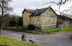 Radfahrer an der Deichstrasse - Moorburger Elbdeich.