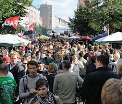 Alternatives Strassenfest mit Flohmarkt auf dem Schulterblatt im Hamburger Schanzenviertel - tausende Besucher drängen sich durch die Strasse