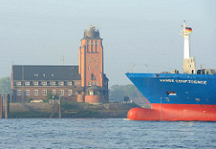 Bug eines Frachtschiffs - Backsteinbau Lotsenstation - Signalturm / Beobachtungsturm.