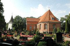 Hamburger Kirchen - Kirchwerder Kirche St Severini - historischer Kirchenbau Friedhof mit Grabsteinen.