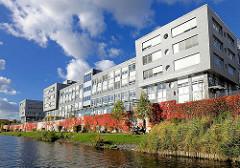 Bürogebäude - modernes Verwaltungsgebäude am Mittelkanal im Hamburger Stadtteil Hamm, Bezirk Hamburg Mitte - Weinlaub mit Herbstfärbung, rote Blätter - blauer Himmel, weisse Wolken.
