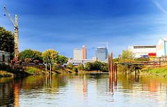Blick in den Steinwerder Kanal - im Hintergrund die Baustelle der sogen. Tanzenden Türme an der Reeperbahn - Bilder aus dem Hamburger Stadtteil Steinwerder - Hamburgs Hafengebiet.