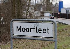 weisses Stadtteilschild - schwarze Schrift Moorfleet.