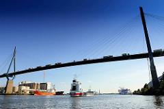 Frachtschiff unter der Köhlbrandbrücke - Bilder aus dem Hamburger Hafen.