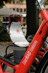 StadtRAD Hamburg - Standort Winterhuder Goldbekplatz. Hamburg Wappen auf dem Gepäckträger des roten Fahrrades.