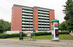Hochhaus in Hamburg Marmstorf - Bushaltestelle und Litfaßsäule mit Werbung.