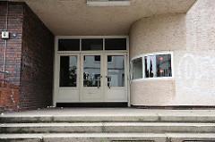 Eingang zur ehem. Seefahrtsschule - erbaut 1935, Architekt Hans Meyer - Architekturstil der Neuen Sachlichkeit.