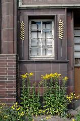 Fenster mit Ährendekor und blühenden Strassenblumen / Wildkraut - Gebäude der Harburger Mühlenbetriebe ( 2006 ).