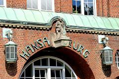 Eingangsportal mit Kupferlampen und Dekorfigur - Hansaburg in Hamburg Hamm - 1915 errichtetes Fabrikgebäude / Papierfabrikation.