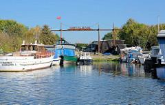 Altes Metallschild Werft Allermöhe - Sportboote am Liegeplatz an der Dove Elbe.