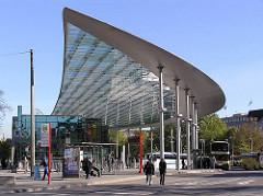 Architetektur Hamburgs - Futuristisches Dach des Busbahnhofs am ZOB - Zentraler Omnibus Bahnhof, erbaut 2003 - Architekturbüro ASW (Silcher, Werner und Redante)