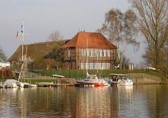 Sportboothafen an der Dove Elbe Hufnerhaus am Moorfleeter Deich.