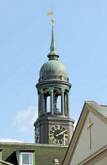 Kuppel des Hamburger Michels, Michaeliskirche - Kreuz am Giebel der Englischen Kirche am Zeughausmarkt in Hamburg Neustadt.
