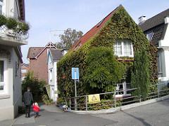 Wohnhaus mit Wein bewachsen Hamburger Stadtteil Finkenwerder.