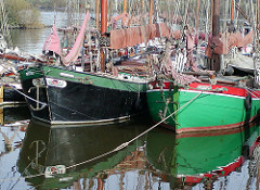 Schiffe im Finkenwerder Hafen.